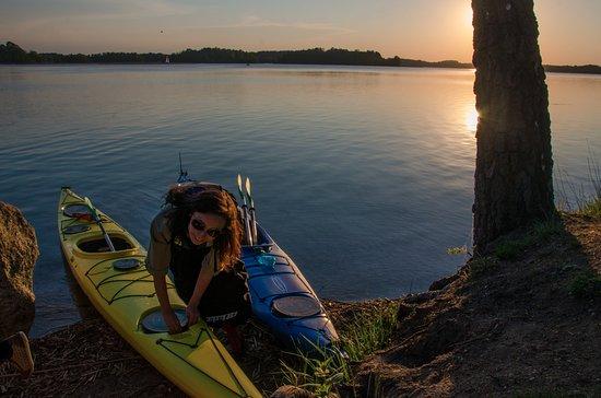 Trakai, Lituania: Sunset kayaking.