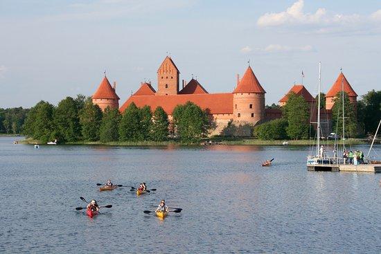 Trakai, Litauen: Castle and kayaks.