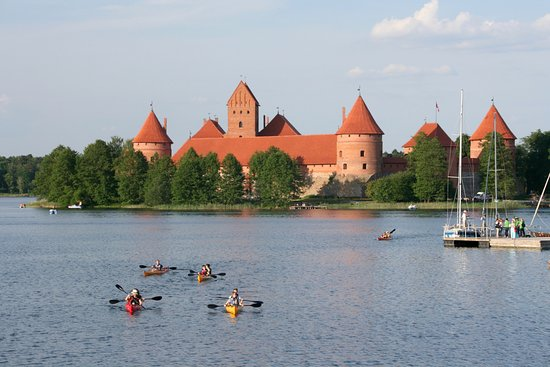 Trakai, Lituania: Castle and kayaks.