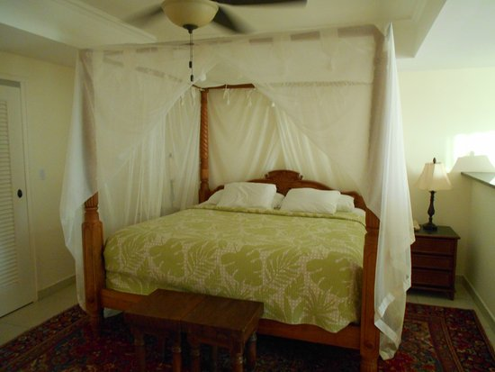 Pasanggrahan Royal Guesthouse: Four poster bed.