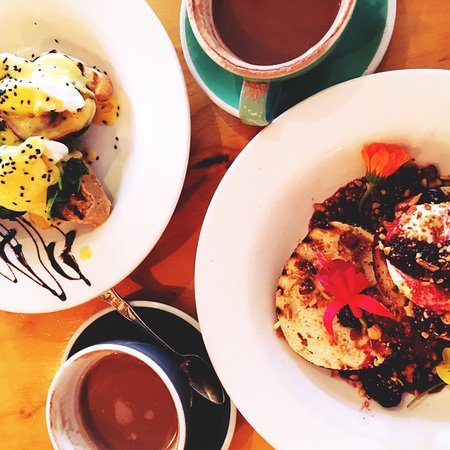 Whangamata, Новая Зеландия: toast with spinach, egg, bacon and sauce hollondaise, berry bagel + hot chocolate yeah
