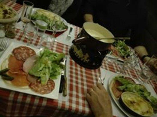 La bergerie: Fondue savoyarde pour 2 pers, tartiflette et croziflette pour les 2 autres