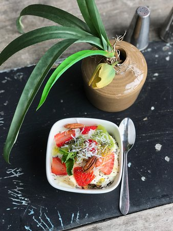 Ακτή Sunshine, Αυστραλία: Homemade Muesli served with yoghurt and seasonal fruits