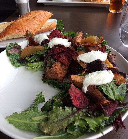 Summerland, Canada: Beet salad with garlic baguette