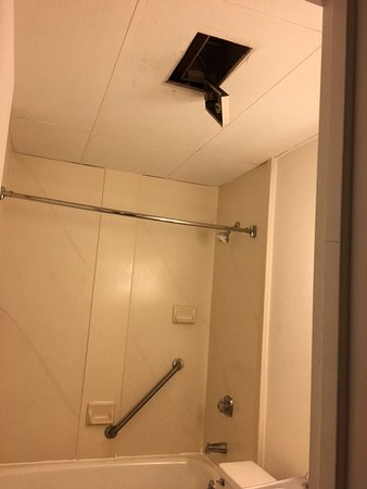 Red Lion Inn & Suites- Chambersburg: Found our bathroom in disarray when walking in!