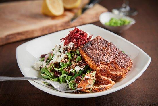 Stoney Creek, Kanada: Quinoa and arugula salad with salmon. Simply amazing.