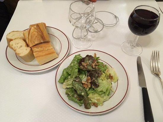 Le Relais de Venise: salad, bread and the house wine