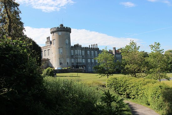 Newmarket-on-Fergus, Irlandia: Beautiful views outside the castle.