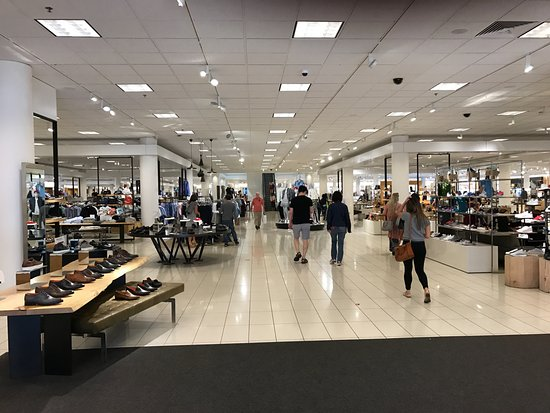 Westfield Valley Fair is located in Santa Clara, California and offers stores - Scroll down for Westfield Valley Fair shopping information: store list (directory), locations, mall hours, contact and 4/4(4).