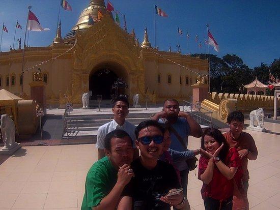 Pondok Brastagi, Indonesia: Di Depan Pagoda