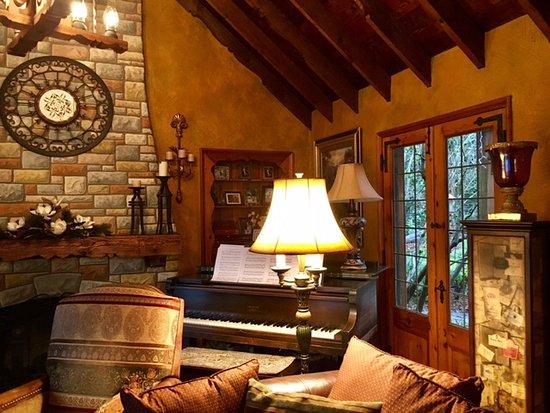 MoonDance Inn: Living room lounge