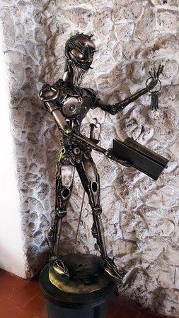 Hotel 3 Banderas: Escultura en el ingreso...