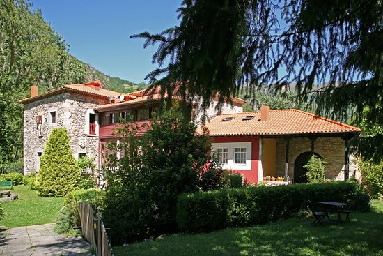 Pola de Somiedo, Spagna: Jardines y edificio hotel