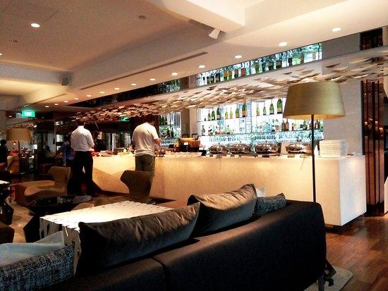 Naumi Hotel: Lobby & dining area