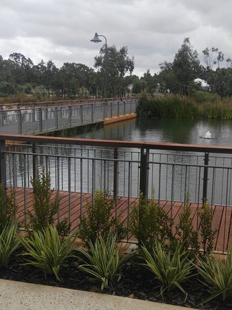 Byford, Australia: Lovely outside dining by an ornamental lake