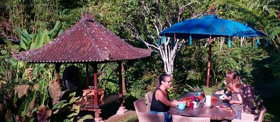 Sarinbuana Eco Lodge Restaurant : Outdoor dining in the garden