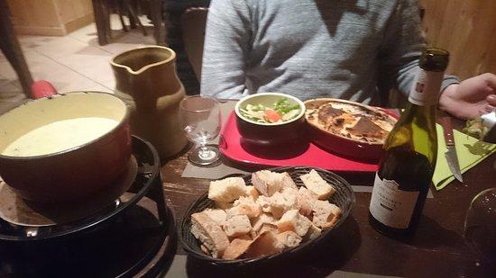 Viry, France: Tartiflette et fondue ...que du bonheur !