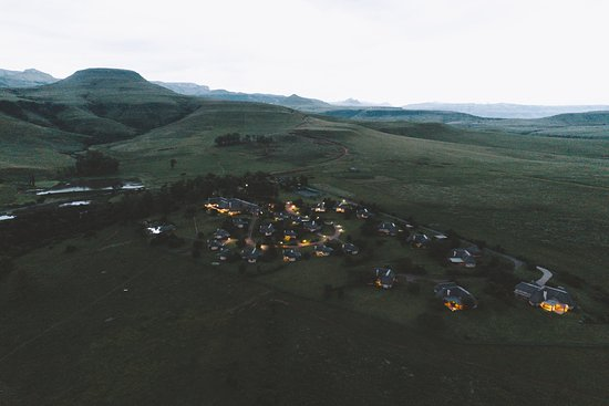 Montusi Mountain Lodge: The lodge in the evening