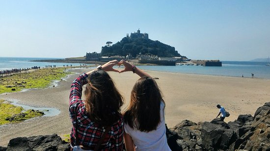 Marazion, UK: Posing before walking down to the St. Michael's Mount.