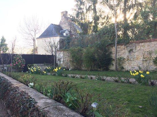 Auberge du Bon Laboureur: The inn is in a beautiful setting.