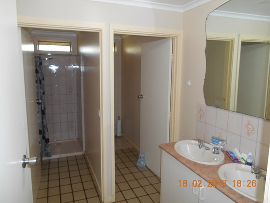 Koroit, Австралия: Shower room was clean but dark, and the shower was very good.
