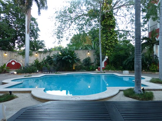 The Villa Merida: Swimming pool at dusk