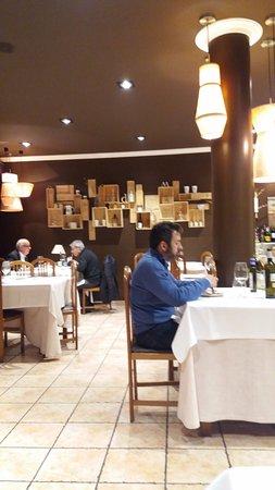 Olaberria, España: Local (me encantó la composición de las cajas de vino en la pared)