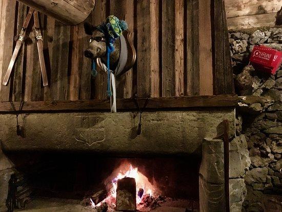 Correncon-en-Vercors, Франция: Clin d'oeil aux chalets montagnards traditionnels sur l'immense cheminée centrale