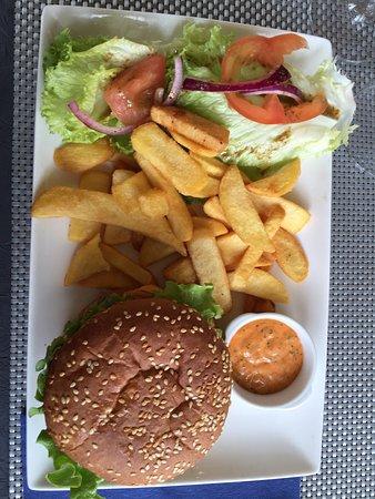 Creully, فرنسا: Très bon le cheesburger  avec deux grosse steak haché a l'intérieure avec ses frites maison un r