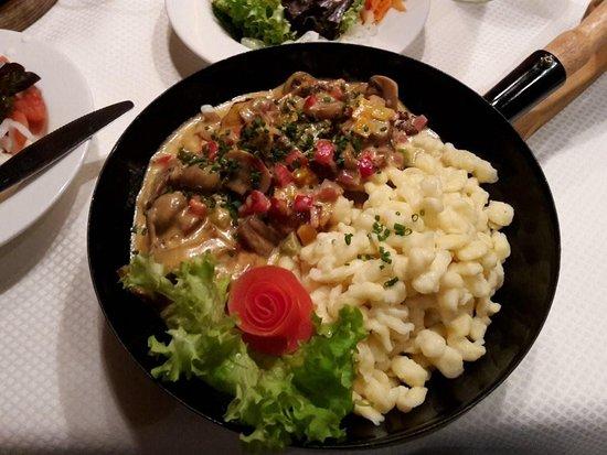 Hippach, Αυστρία: Hexenpfanne mit Schweinefilets in Champignon-Paprikasauce und Butterspätzle
