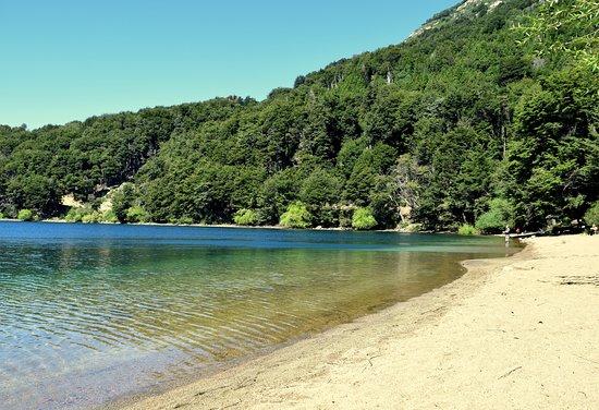 Camping Puerto Arrayan: Agua transparente, mansa, playa y al fondo algunos pescadores.