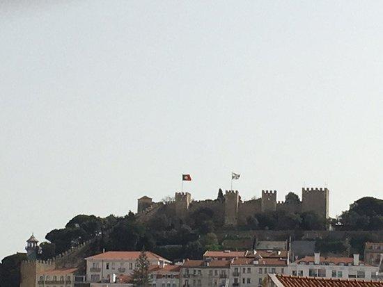 VIP Executive Éden Aparthotel: Looking up at the castle from the terrace. Castelo de São Jorge
