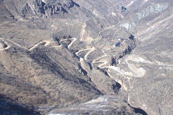 Syunik Province, Arménie : Вид из кабинки на серпантин