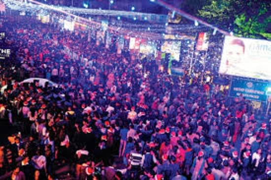 Park Street Kolkata During Christmas.Christmas Revellers On Park Street Izobrazhenie Park Street