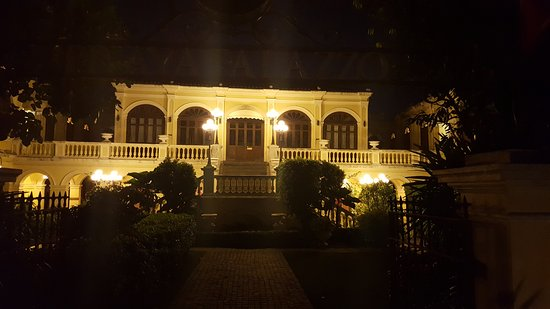 Praya Palazzo: Back at the Mansion (after shopping with all the tourists)