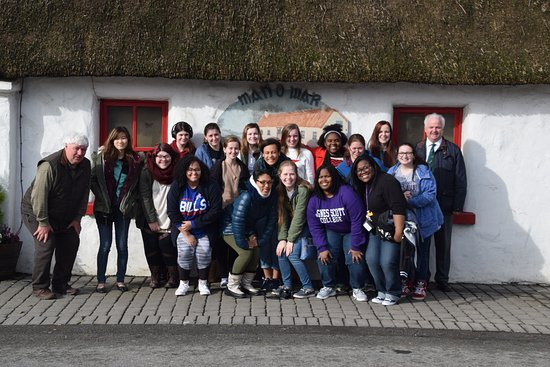 Balbriggan, Irland: These students had a great breakfast at the Man O'War Bar and Restaurant after landing at Dublin