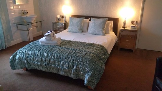 The Leeway: St Mary - Duck egg blue with king size and memory foam mattress, mirrored furniture
