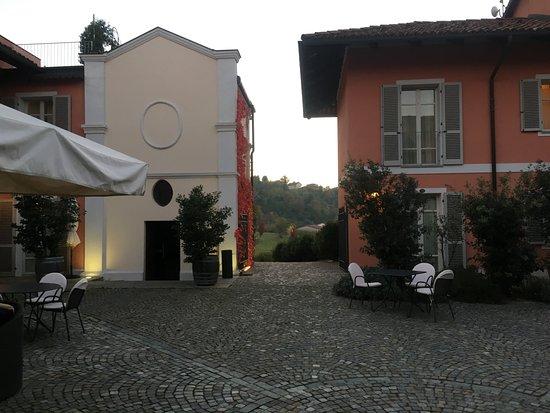 Benevello, Italy: The courtyard