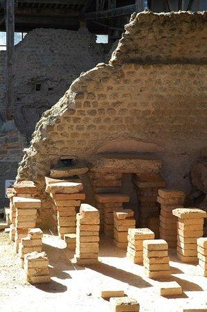 Parc Archeologique Cassinomagus: ®Amis de Chassenon - Pilettes d'hypocauste