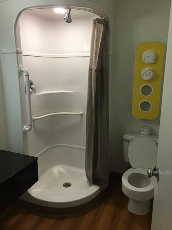 Motel 6 Venice: Shower is just a bit tight- definitely not built for two!