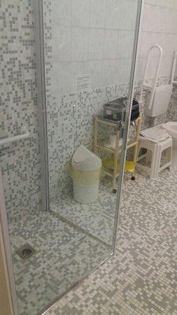 Abano Terme, Italy: doccia raso pavimento