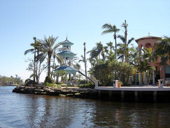 Las Olas Riverfront : luxury homes viewed during cruise © Robert Bovington