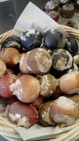 Saint-Martin-de-Crau, Francia: Petits pains, à la tomate, à la spiruline et au curry black...