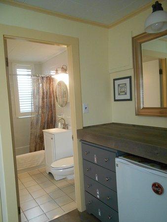 Vineyard Harbor Motel: Brand New Bathroom