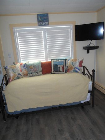Vineyard Harbor Motel: Daybed With Trundle