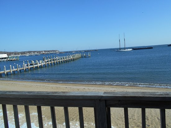 Vineyard Harbor Motel: View Overlooking PRIVATE Beach