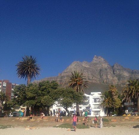Vista da montanha a partir da praia de Camps Bay