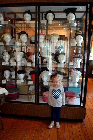 Cloudcroft, New Mexiko: My daughter loved the hat display