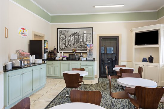 Super 8 Adel: SuperStart Breakfast Seating Area