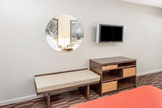 Super 8 Adel: Flat Screen TV in all Guestrooms